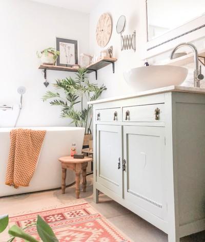 6x badkamers met een vleugje kleur
