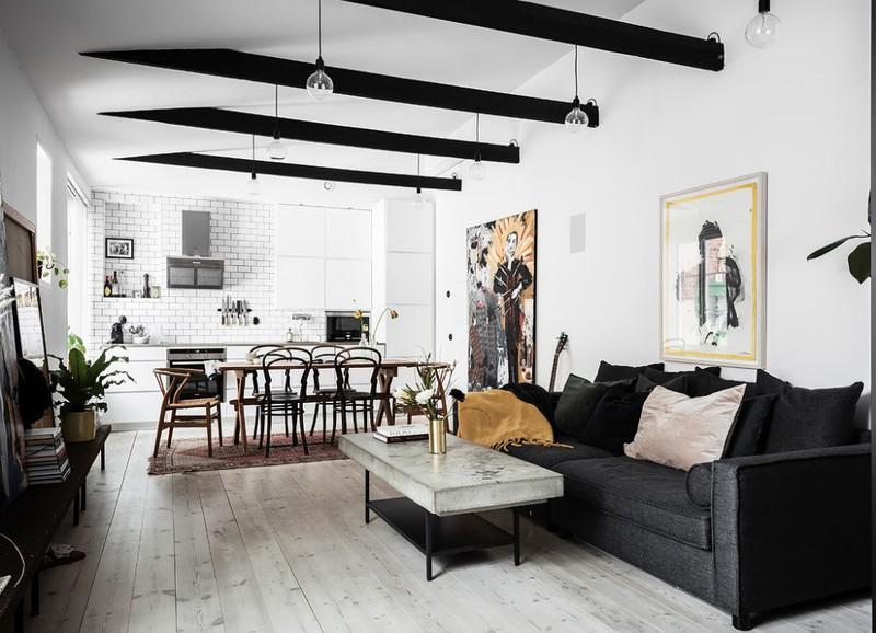 Binnenkijken in een klein, Zweeds huis met een zwart-witte basis