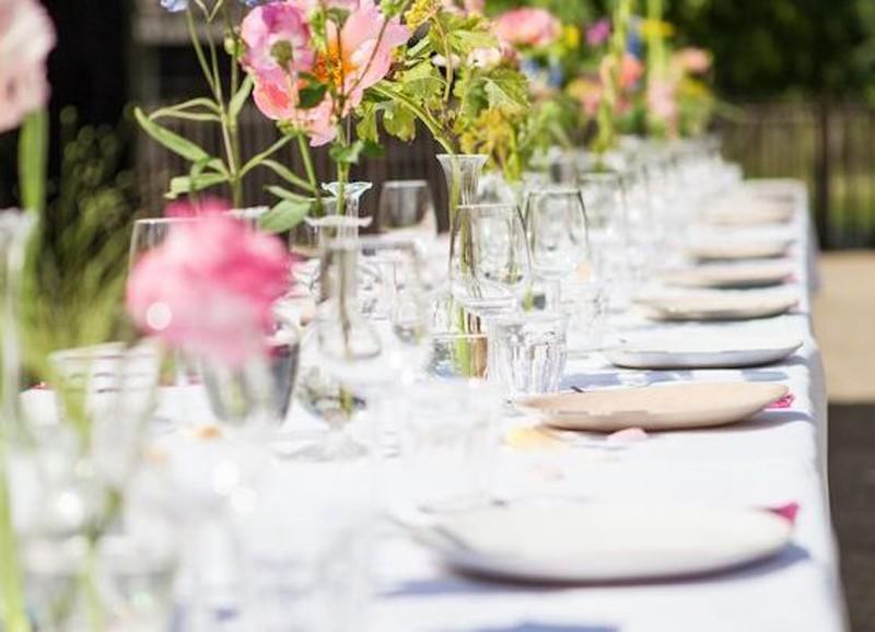 De tafel stylen met zomerse kleurtjes