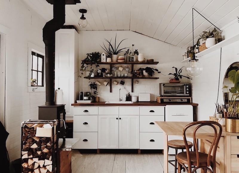 Binnenkijken: knus houten huisje in het bos