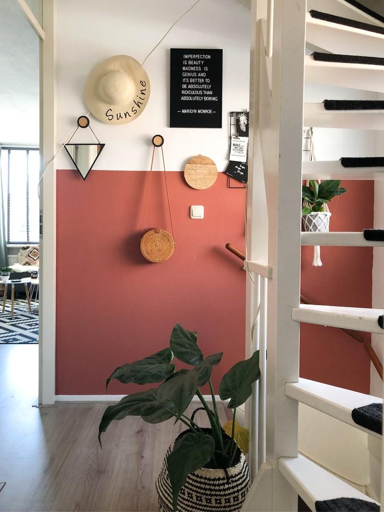 hal met accessoires aan de muur