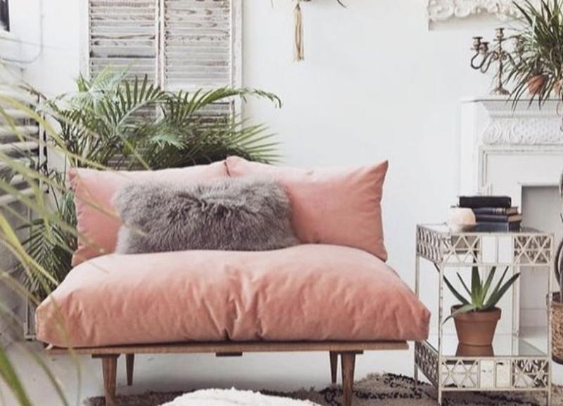 Bohostijl: een roze bank in de woonkamer