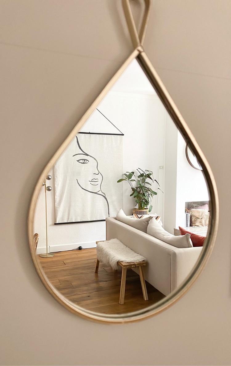 Spiegel waarin de woonkamer te zien is