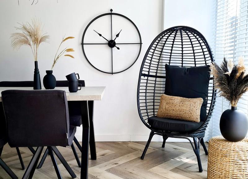 Shop de look: lichte woonkamer met donkere accessoires
