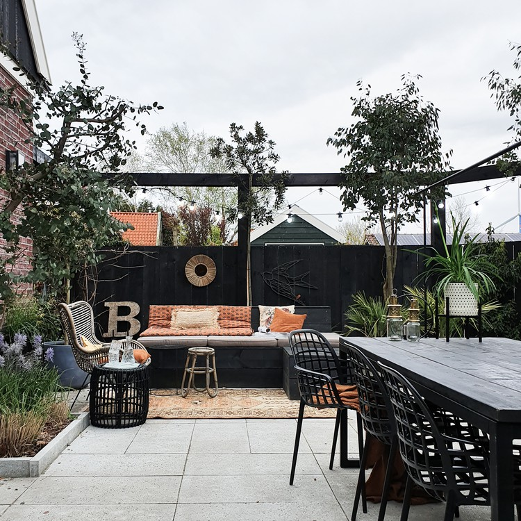 tuin met zwarte meubels