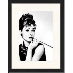 Audrey Hepburn Smoking - Fotoprint in houten frame met passe partout - 30 X 40 X 2,5 cm