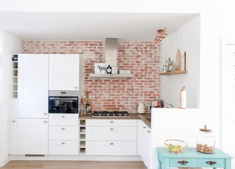 Shop the look: keuken met bakstenen muur en een turquoise touch