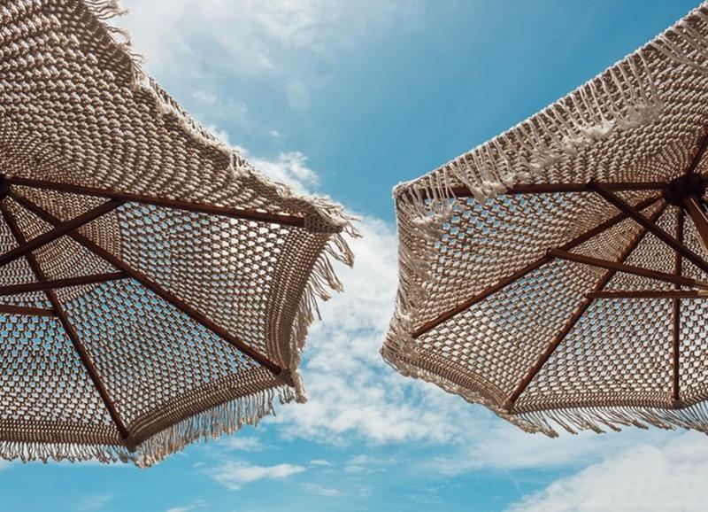 16x parasols (en parasolvoeten) die wél mooi staan in je tuin
