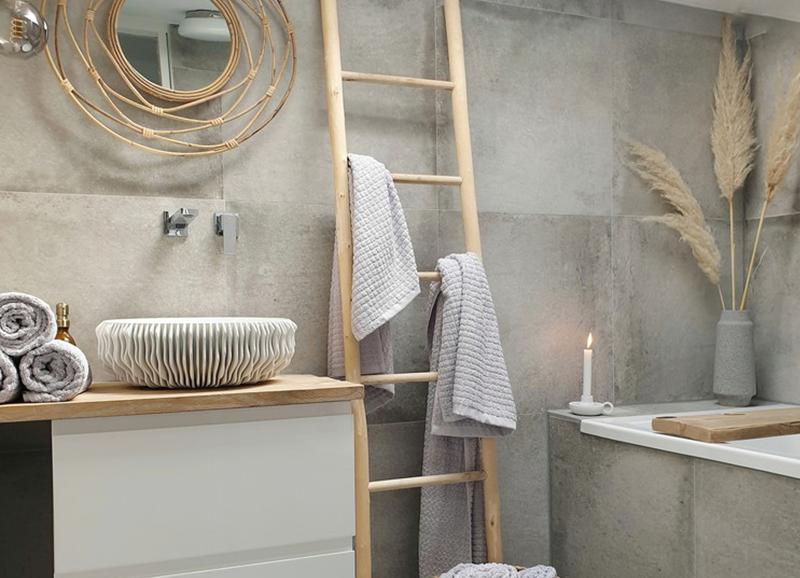 Stylingtip: een ladder als handdoekrek in de badkamer