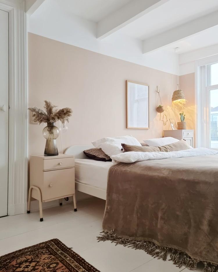 Roze slaapkamer met bruintinten
