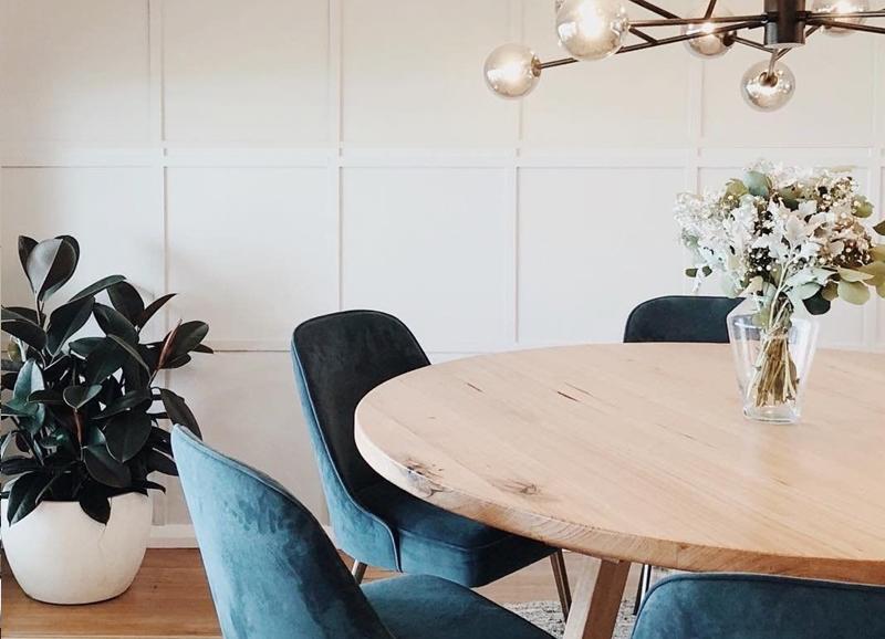 7x waarom wij zo verliefd zijn op blauwe eetkamerstoelen