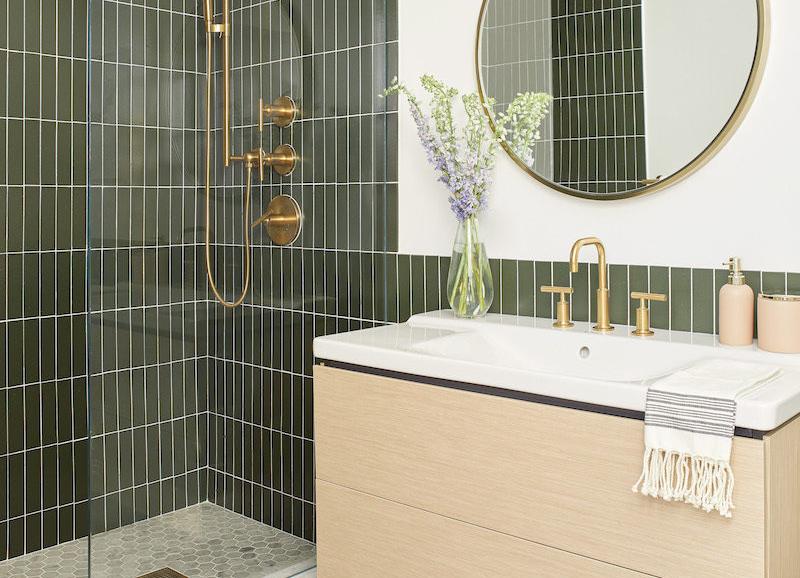 Binnenkijken in deze prachtige groene badkamer